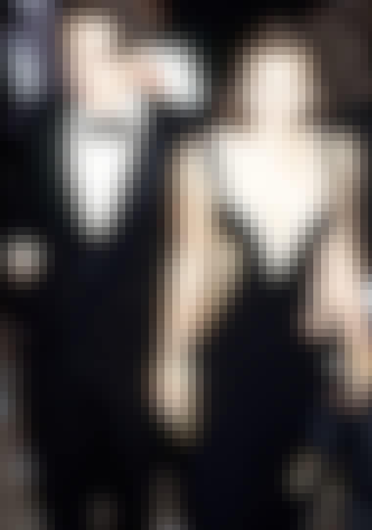 """VERSACE: Den mest berømte og berygtede optræden i en Versace-kjole stod Elizabeth Hurley for, da hun i 1994 dukkede op til premieren på filmen """"Fire bryllupper og en begravelse"""" iført en dybt udkårent sort kjole sat sammen med guldsikkerhedsnåle. Den d..."""