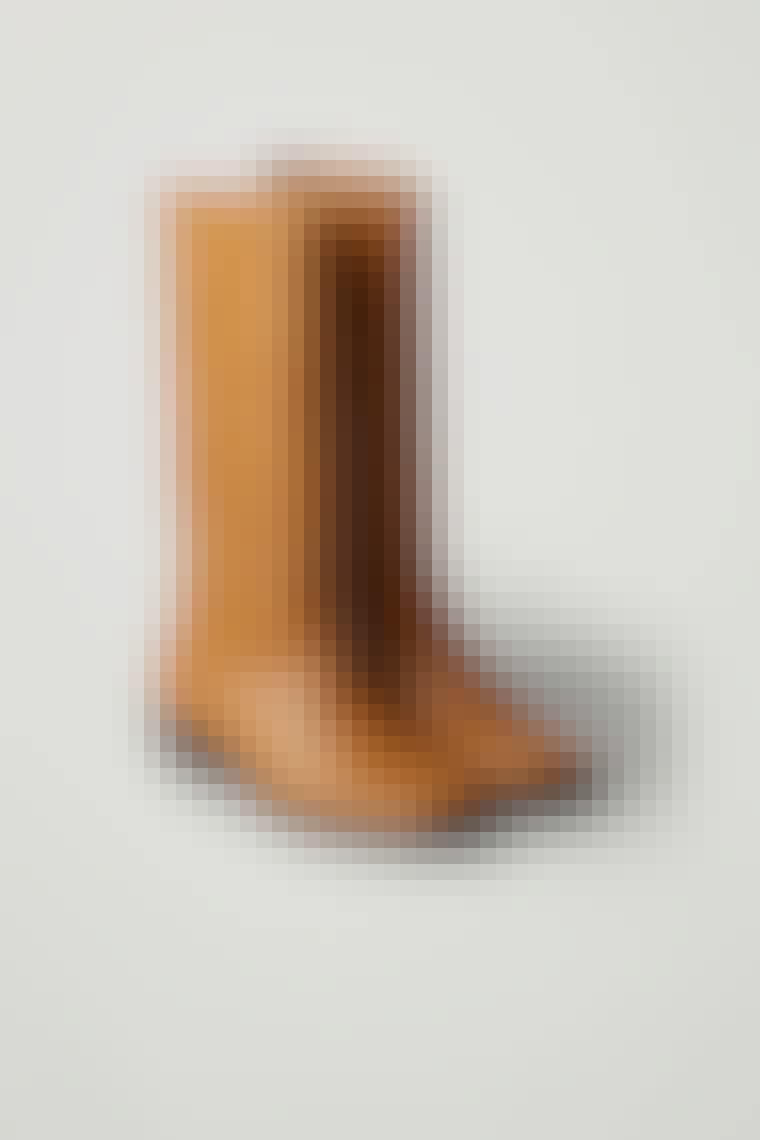 Brune høye og rustikke støvler fra COS