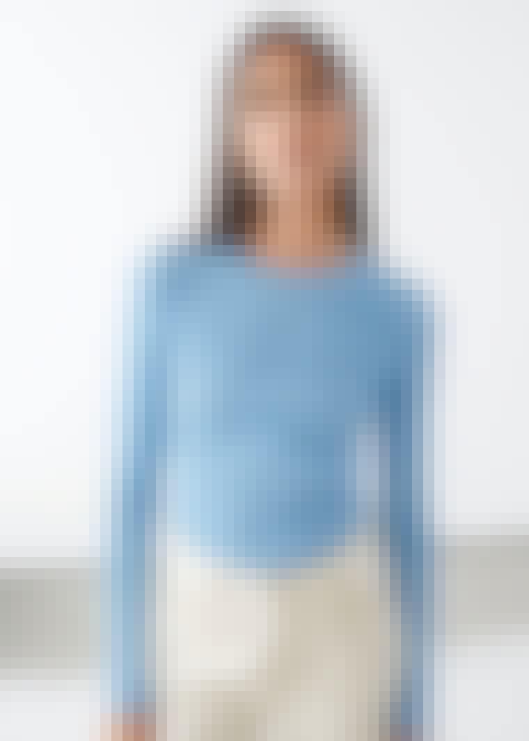 Smuk model i blå trøje fra & other stories