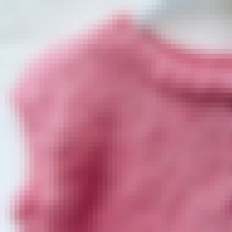 Pink hjemmestrikket strikvest med fine detaljer