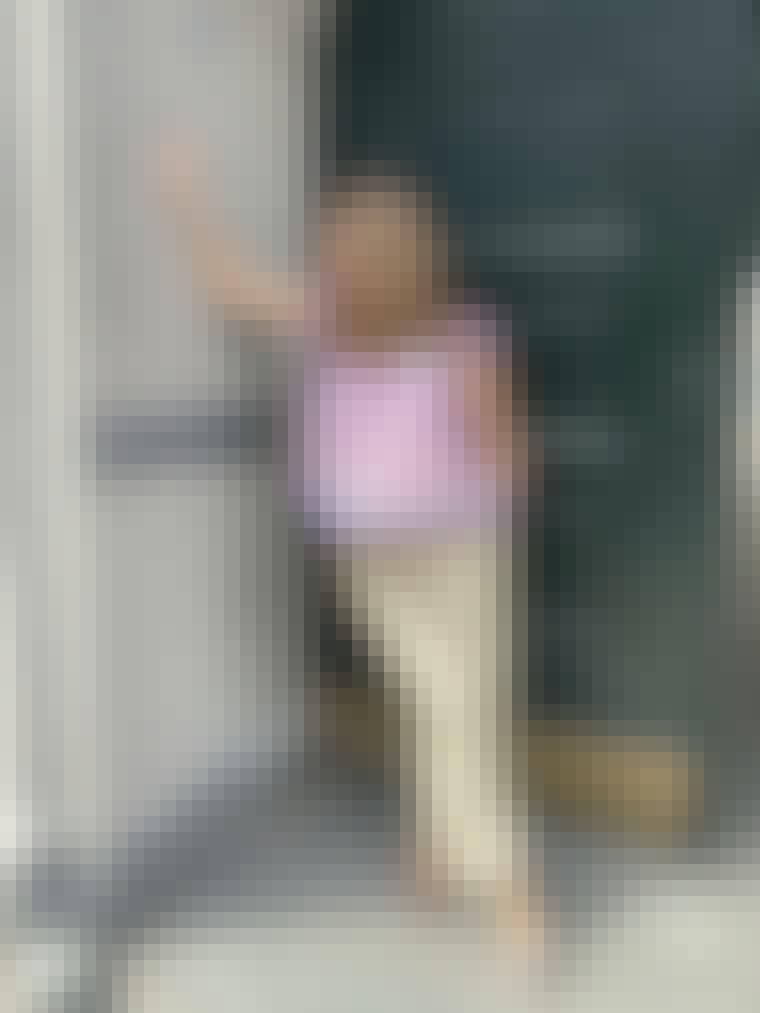 Farverig paisley skjorte, et par suiting bukser og sko med små hæle.