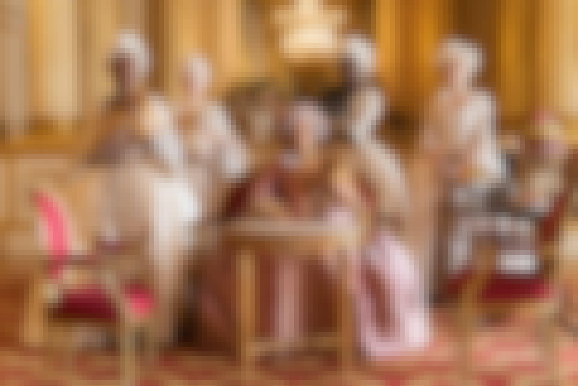 Dronningen og hendes hofdamer, balkjoler og pudderparykker, i balsal i Bridgerton.
