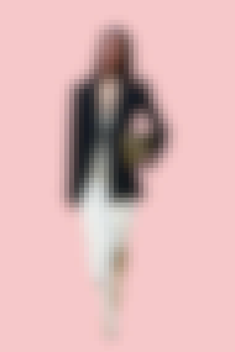 Charlotte York iført hvil satin kjole, hvide støvler, og mørk herreblazer fra Jil Sander