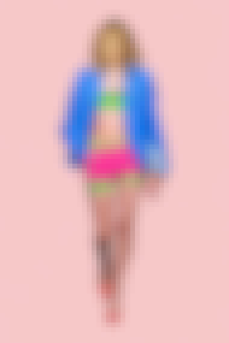 Samantha Jones iført elektrisk blå blazer og pink shorts med grøn kant fra Versace.
