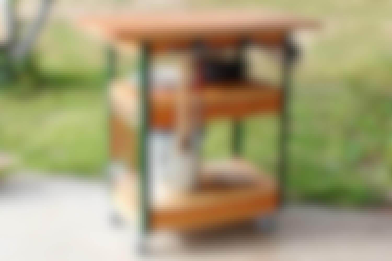 Pöydän vieressä riippuviin koukkuihin on helppo ripustaa ruuanlaittovälineitä. Siten ne ovat aina käden ulottuvilla.