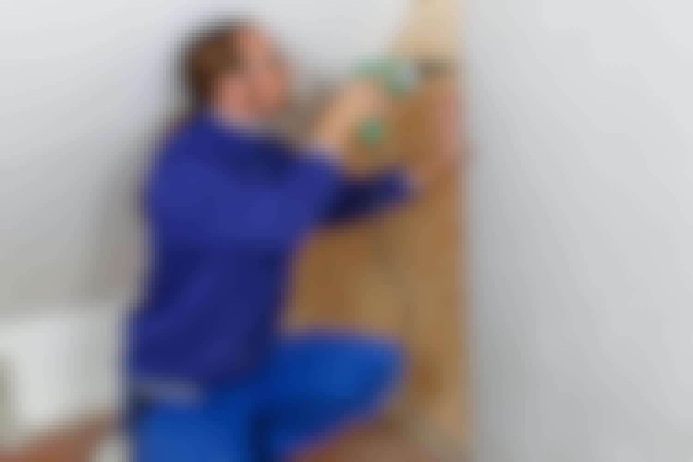 Det är lätt att hänga upp saker på en vägg med gips på plywood, och det är även lättare att bygga den, särskilt när du ska skruva upp gipsskivorna.