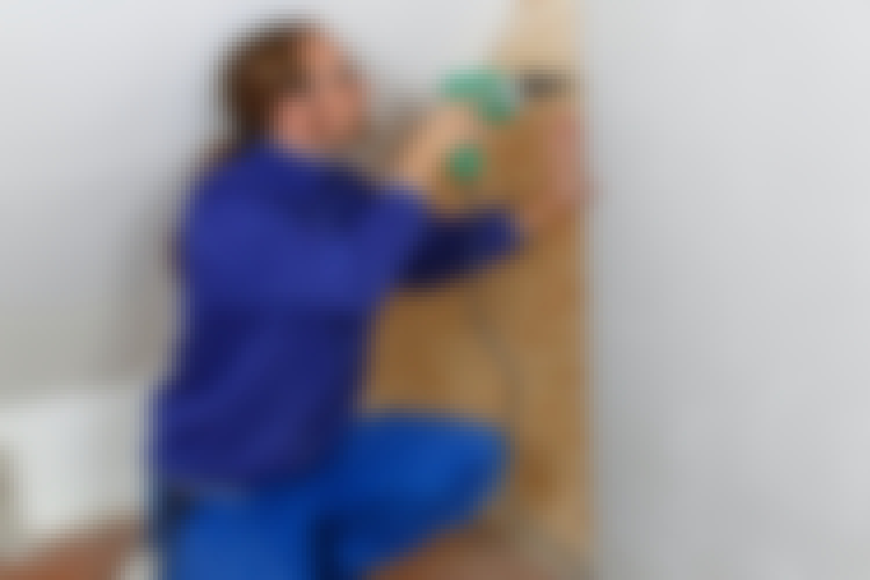 Det er enkelt å henge opp ting på en vegg med gips på kryssfinér, men det er også enklere å bygge den, særlig når gipsen skrus på.