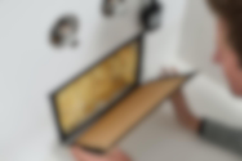 Använd kardborrband till att fästa lemmen