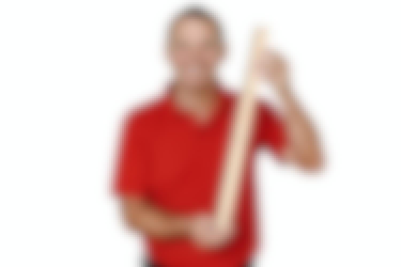 Drop saksen, og brug i stedet en tapetlineal, når du skærer tapetet til i baner. Se hvorfor i tip nr. 3.