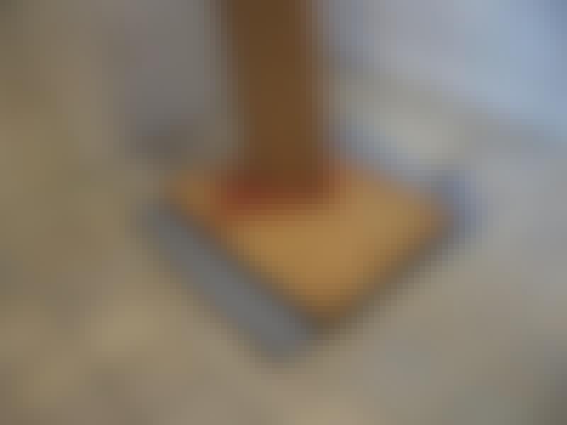 Levy on kiilattu laudalla katon ja lattian väliin. Se pysyy paikallaan, vaikka vesi pyrkisi ylös viemäristä kovalla paineella.