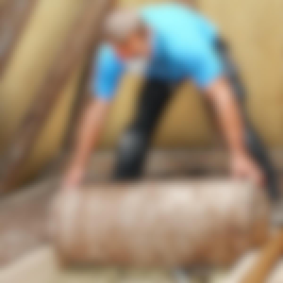 Hvis du har et loftsrom uten hindringer, er det smart å etterisolere med isolasjon på rull.