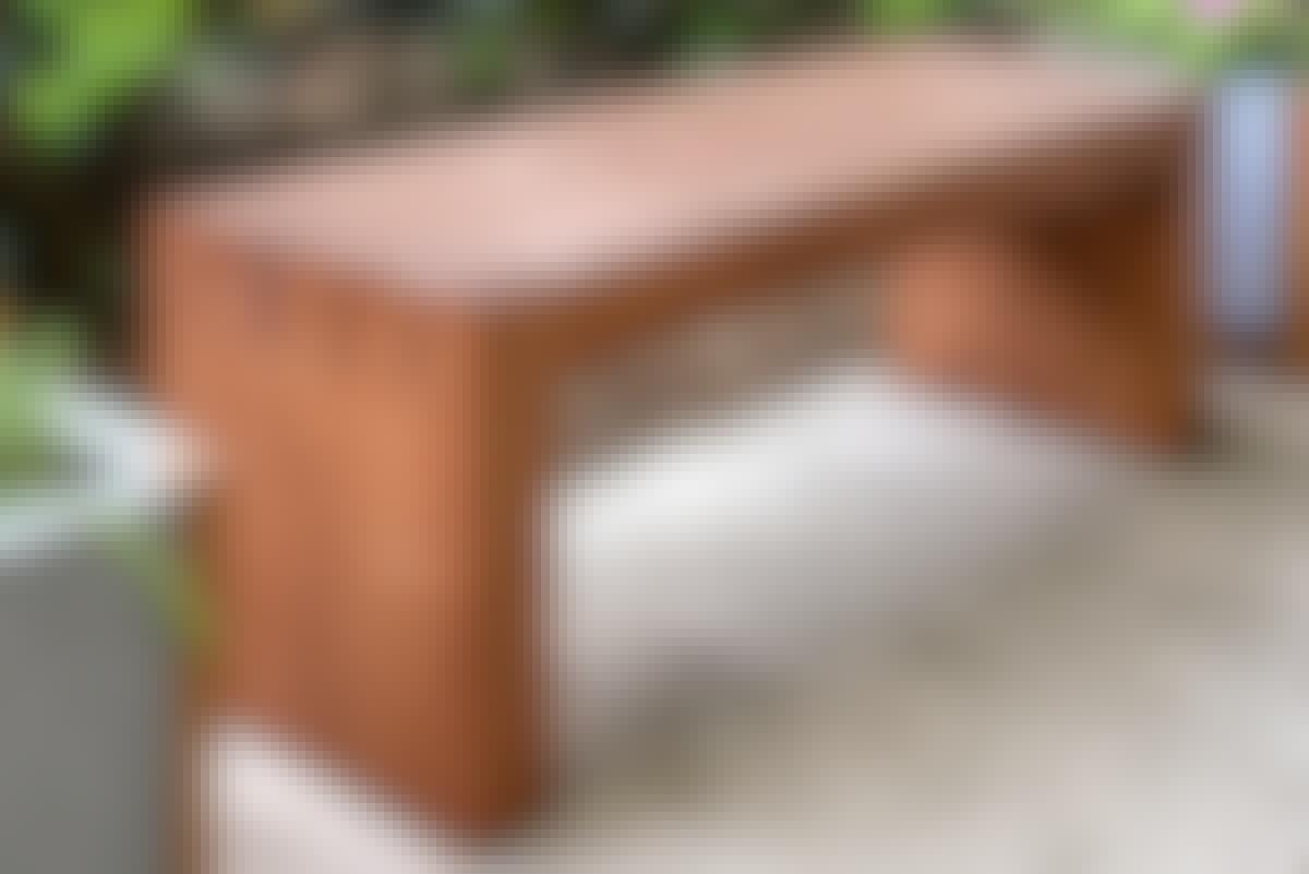 <strong>2. Elegant benk:</strong> Med en enkel konstruksjon, kan du bygge en benk som til tross for sitt massive uttrykk også er elegant.