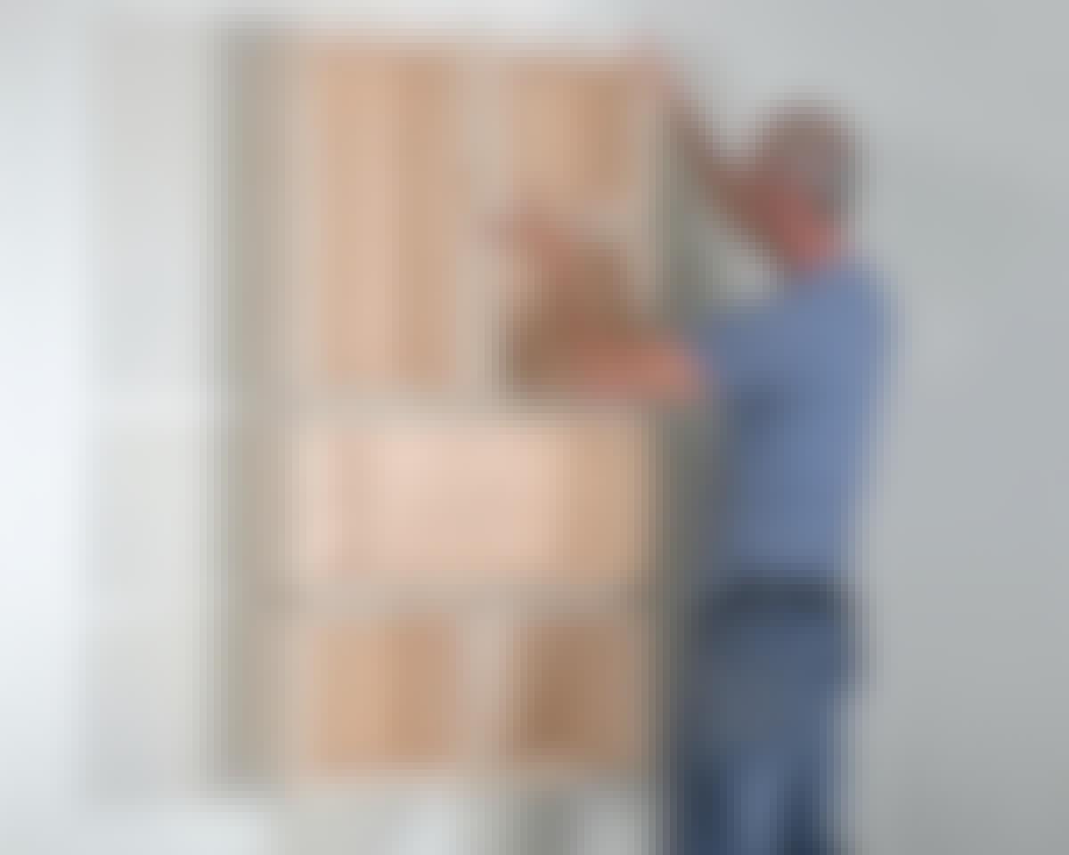 De breda lådorna har samma mått som två små lådor plus ett mellanrum på 2,5 cm. Det betyder att du kan vända dem både vågrätt och lodrätt när de flyttas runt på upphängningsklossarna.