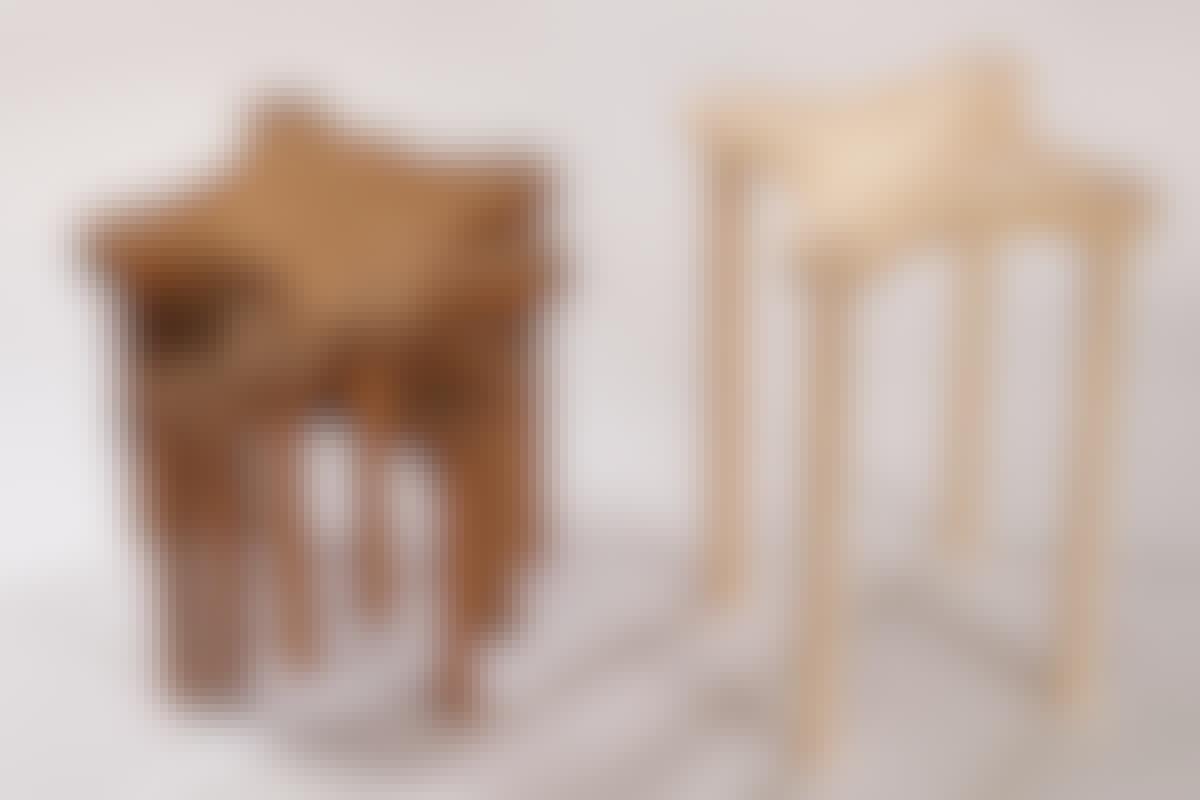 Den klassiske taburetten ble tegnet til barn av arkitekten Arne Karlsen. Fire taburetter kan stables til en tett liten stubbe.