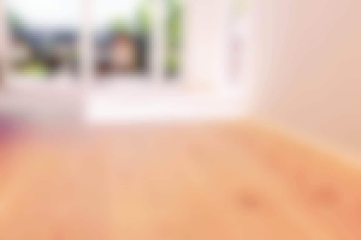 Ylellinen lankkulattia. Lankkujen paksuus ei näy, mutta sen voi aistia lattiasta lähtevästä äänestä ja lattian vakaudesta.