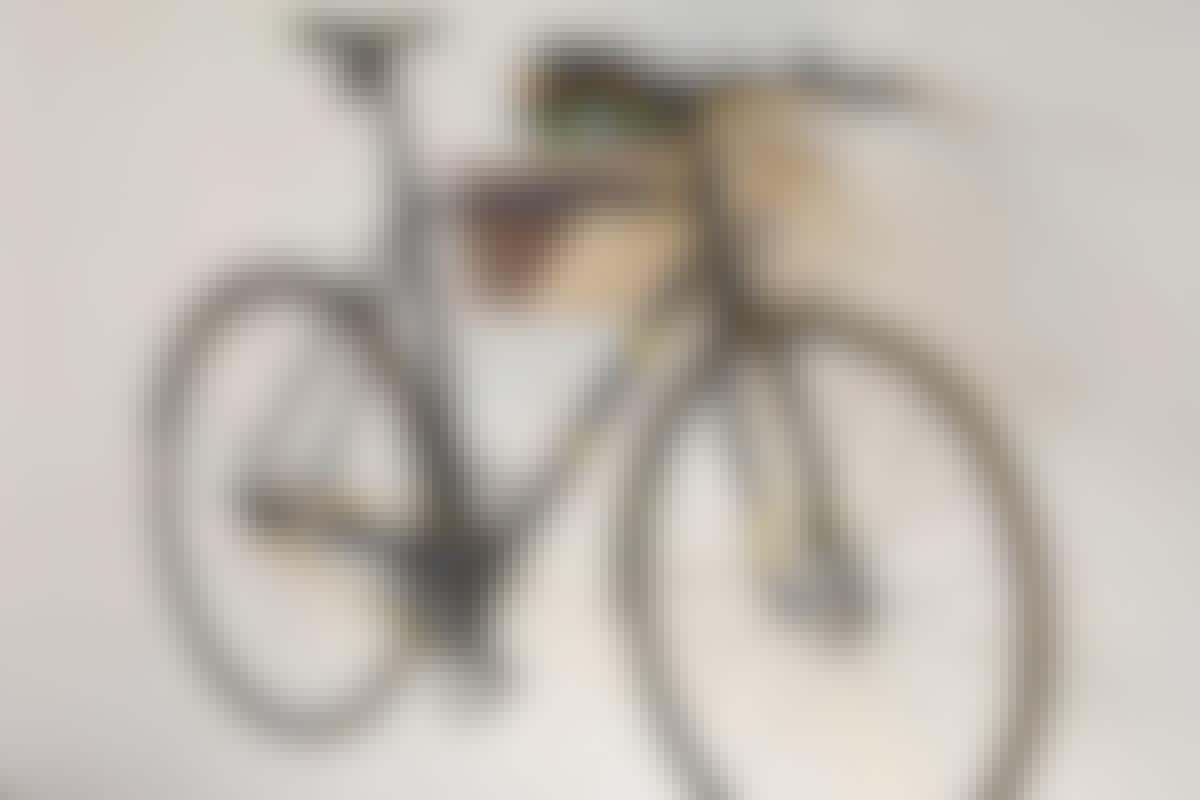 SMART DETALJ: Mjukt skinn i spåret till cykelns överrör, gör att du slipper repor.