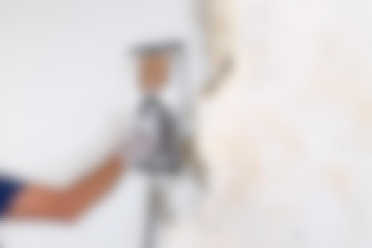 Tapetångaren ska hållas rätt länge mot väggen innan tapeten kan lossas med en spackel.