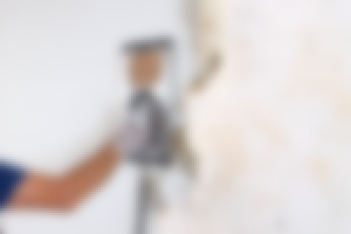 Afdamperen skal holdes temmelig længe ind på væggen, før tapetet kan fjernes med en spartel.