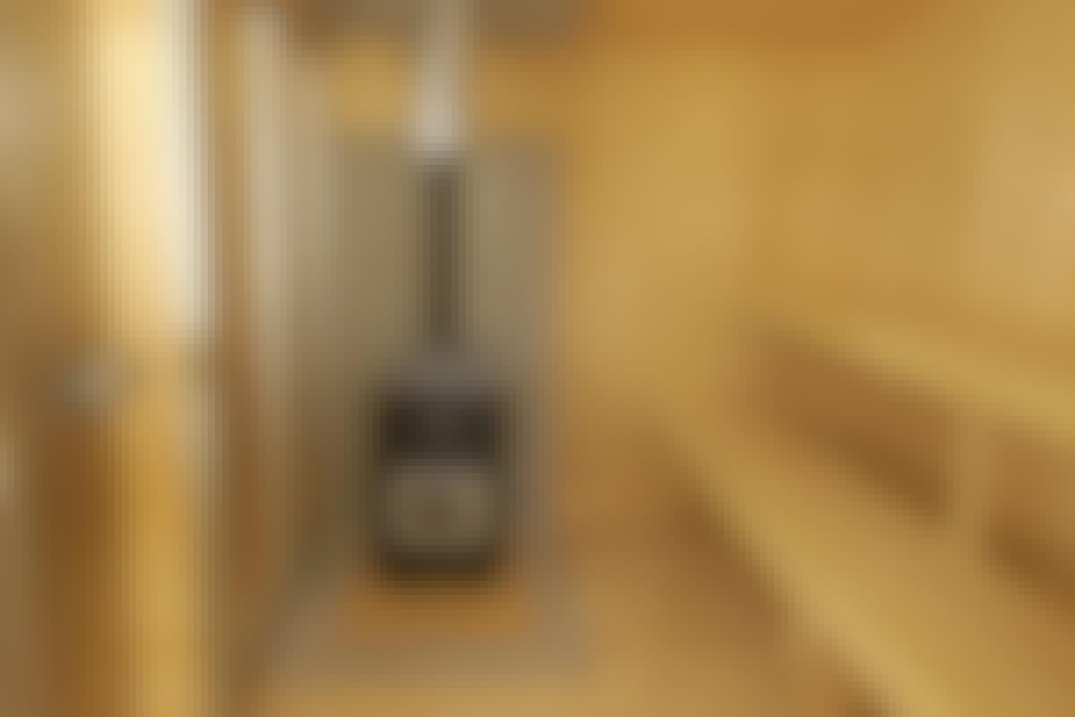Sauna odottaa ensilöylyjen heittoa. Pitkille lauteille mahtuu 8–10 henkilöä. Sen vuoksi lauteet on varustettu molempiin päihin ja keskelle asennetuilla jaloilla. Puukiuas on tulitiilien ja mineriittilevyn päällä.