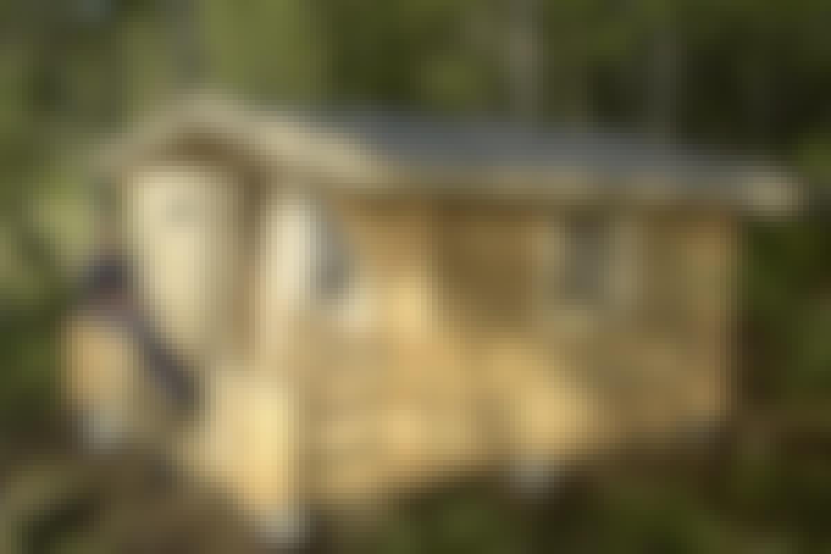 Drömmen är snart förverkligad. Huset är under tak, fönster och dörr har satts på plats och golvet har lagts. Efter en isolering kan du välja om du vill använda huset som bastu, redskapsbod, kontor eller gäststuga.