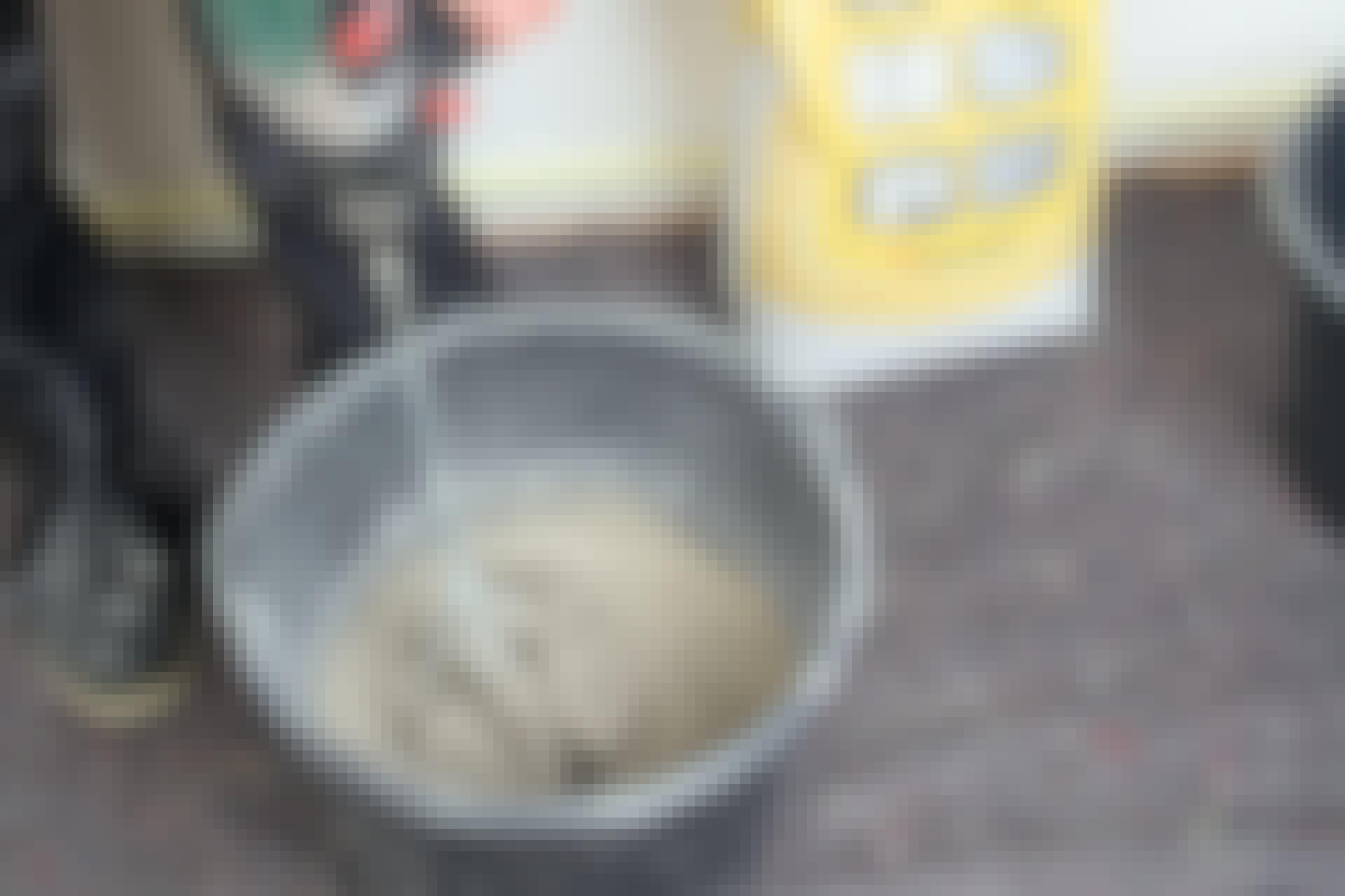 Du kan blanda de flesta material som du köper i påsar och säck med en mixer, alltså en omrörare och en borrmaskin.