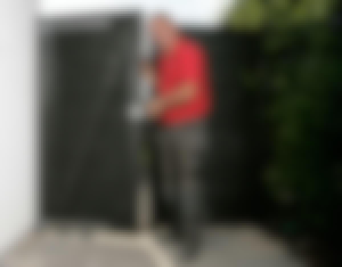 Sätt beslaget på stolpen så att det lutar en aning bakåt mot väggen. Det förhindrar grinden eller porten från att hänga. För att hörnet ska bli vinkelrätt krävs att du skruvar försiktigt – lite i sänder från varje sida.