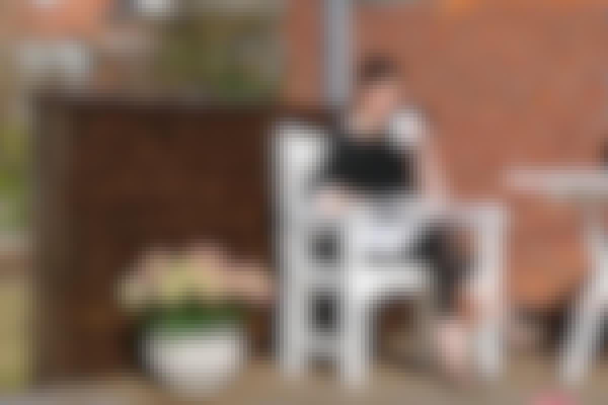 Et tæt lille plankeværk rammer terrassen ind og giver et lunt hjørne.  **BYGGEVEJLEDNING: [Læhegn de luxe](https://goerdetselv.dk/haven/hegn/laehegn/laehegn-de-luxe)**