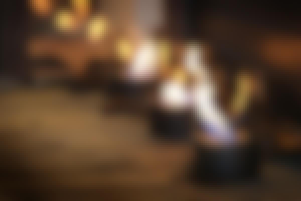 Olielamper og stearinlys giver både lys og varme. Skal det være mere praktisk, så indretter du dig med LED-lamper. De bruger næsten ingen strøm, og du kan uden problemer selv arbejde med de færdige 12 volt lampesæt.   **SE MERE: [GALLERI: Nye muligheder med LED](https://goerdetselv.dk/indretning/belysning/belysning-nye-muligheder-med-led-lys)**