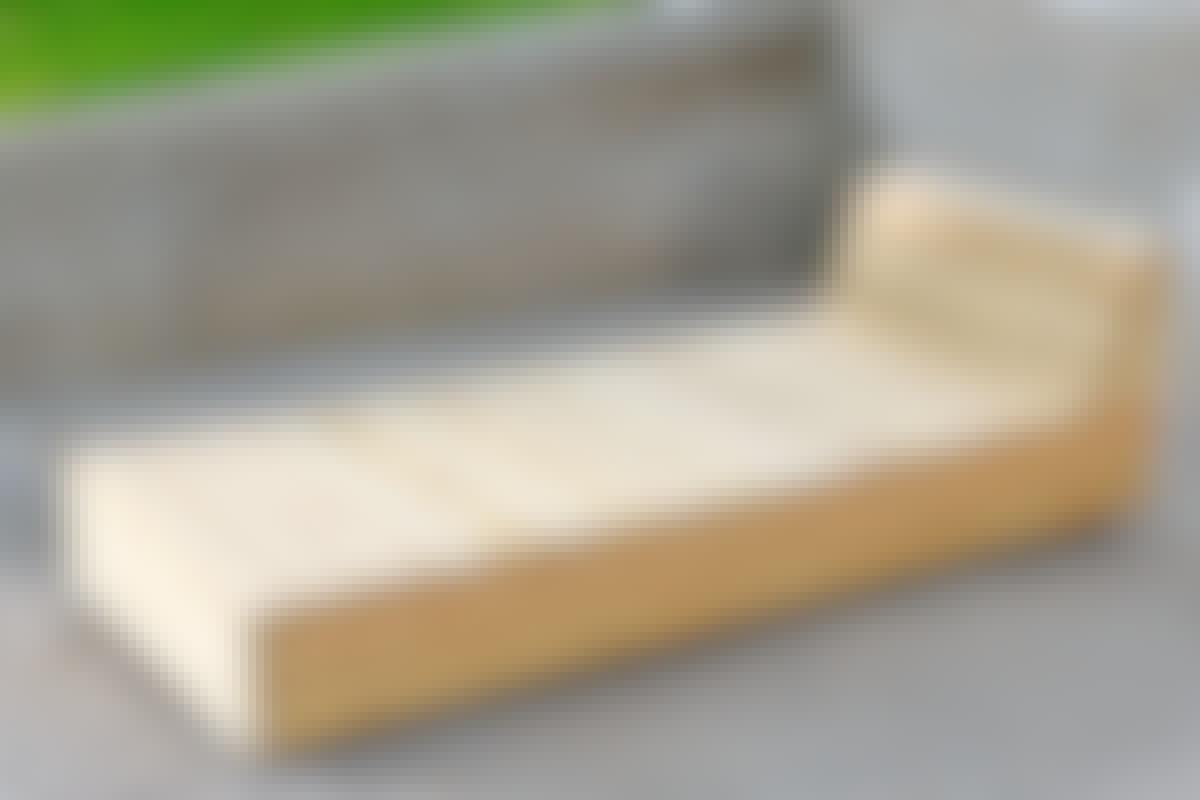 Kalusteisiin käytettiin vain kahta puutavaraa: rungot tehtiin 48x48-millisestä puusta ja kalusteet päällystettiin 28x115-millisillä laudoilla.