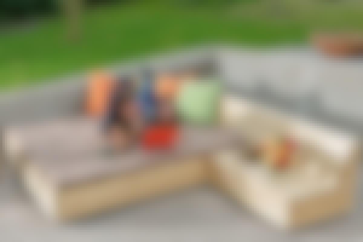 Når møblene settes sammen, får du en romslig seng på 180 x 200 cm.  Som puter bruker vi vanlige skummadrasser, som vi har trukket med et bomullsstoff.