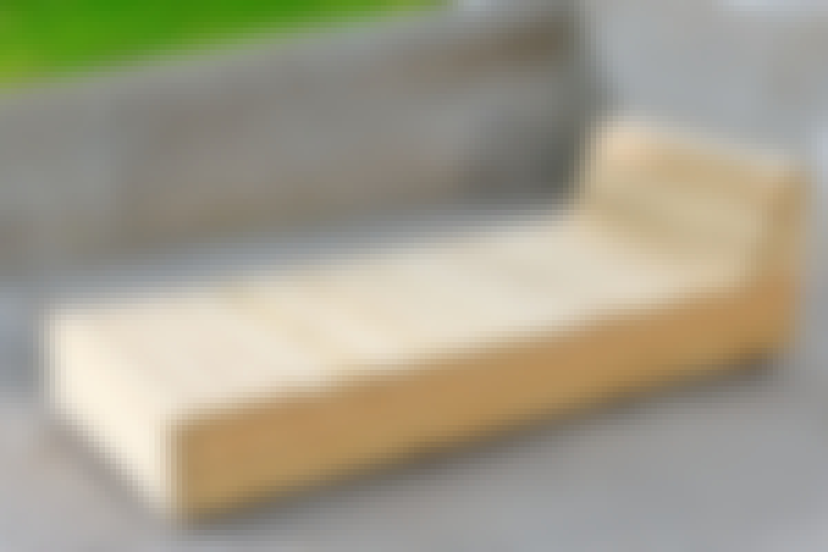 Storleken på möblerna har bestämts av det trä som har använts. Dels reglar på 45 x 45 mm, dels terrassbrädor av lärk på 28 x 120 mm.