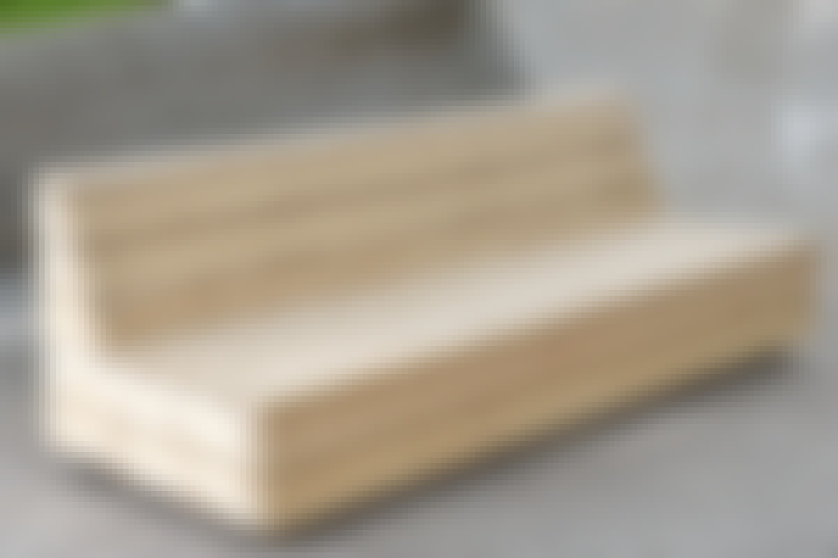 Längden på soffan har bestämts av längden på en standard bäddmadrass på 90 x 200 cm. Då blir det lätt att göra dynor.