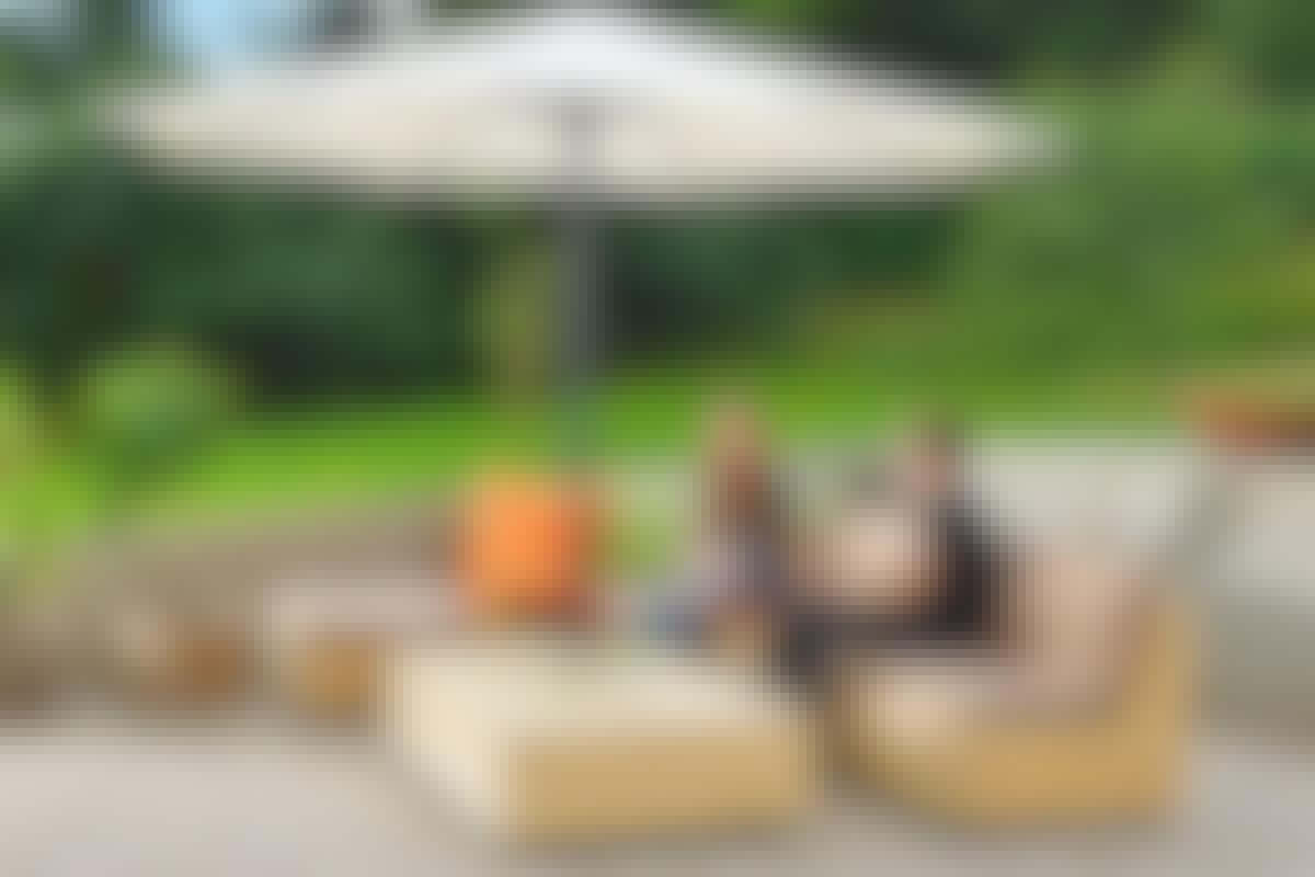 Loungen består af tre dele: En sofa, en solseng og et bord, som kan kombineres og sættes sammen efter behov.