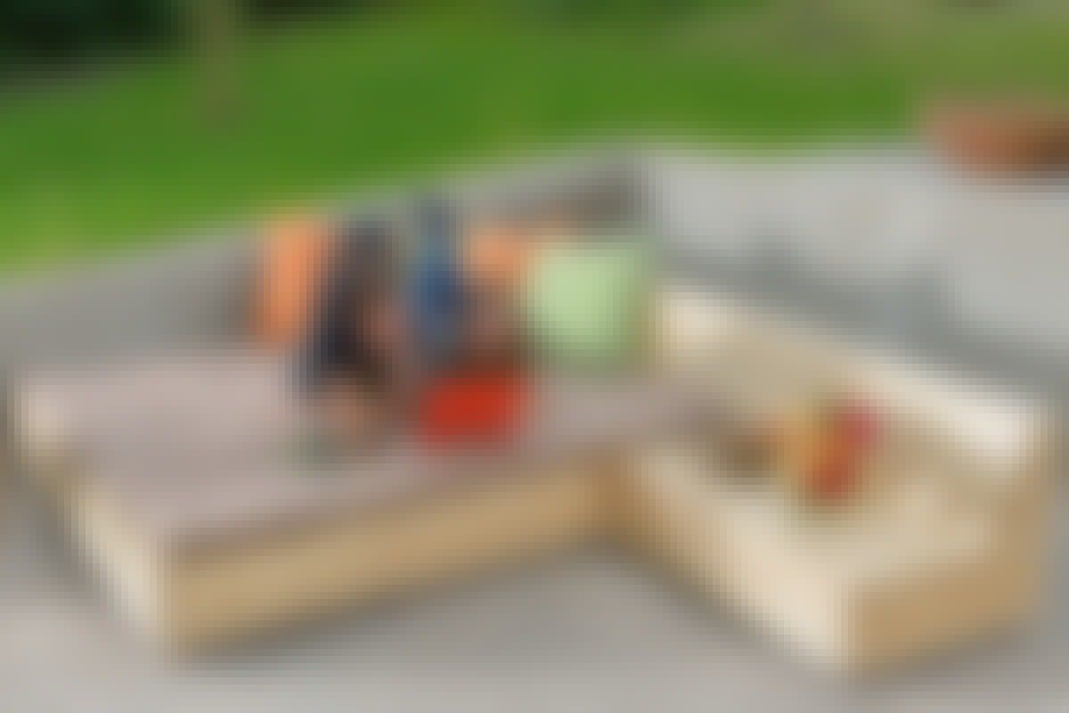 Når de tre møbler sættes sammen fås en rummelig seng på 180x200 cm.  Som hynder bruger vi almindelige topmadrasser, som vi har betrukket med bomuldsstof.