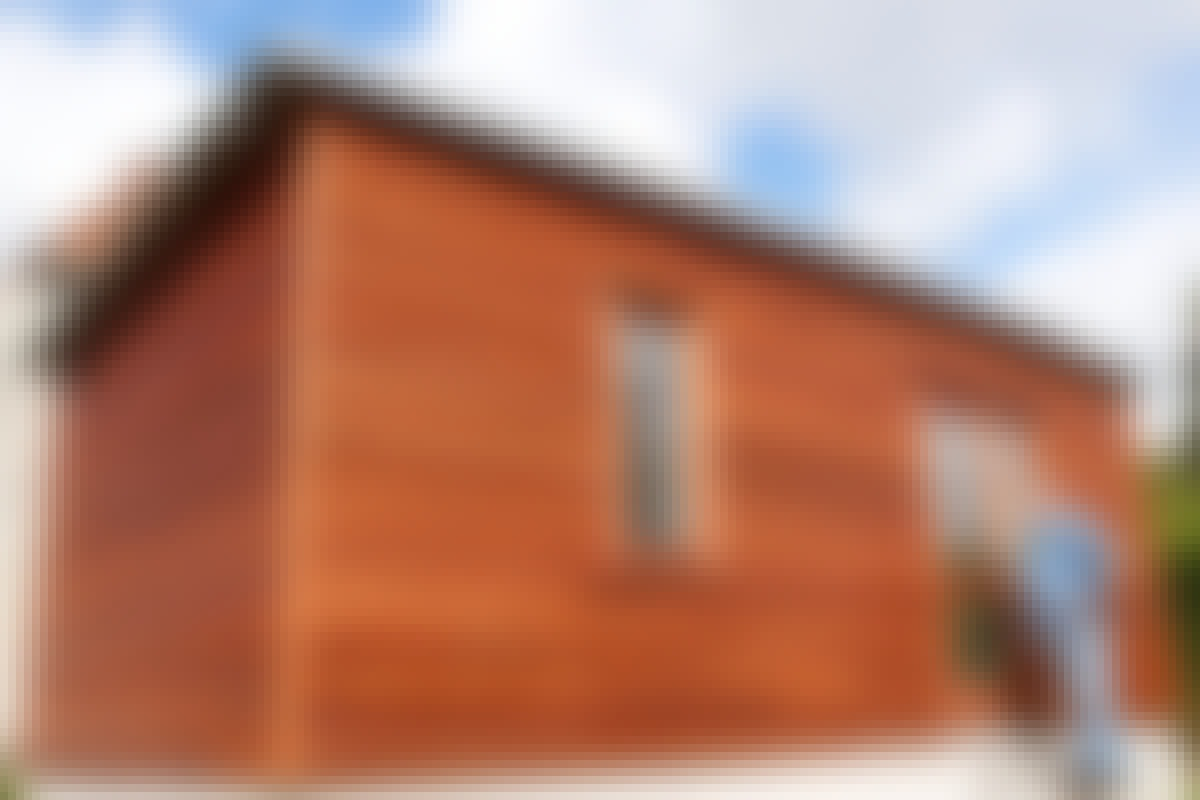 Om du låter smygbrädorna runt fönstret sticka ut lite från fasaden får du en läcker finish som är lite annorlunda.