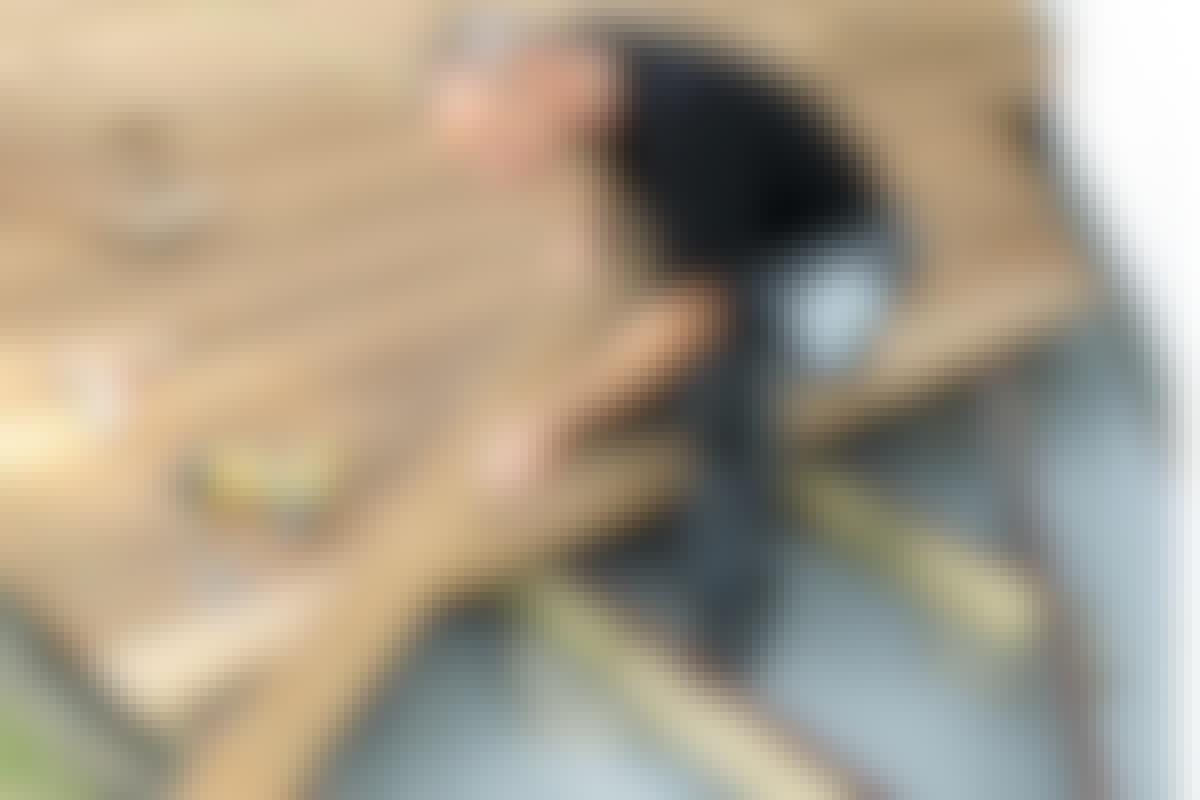 ULKOELÄMÄÄ: Terassin tekeminen on iso urakka, joten kannattaa tarkistaa, että laudat ovat viivasuorassa linjassa.