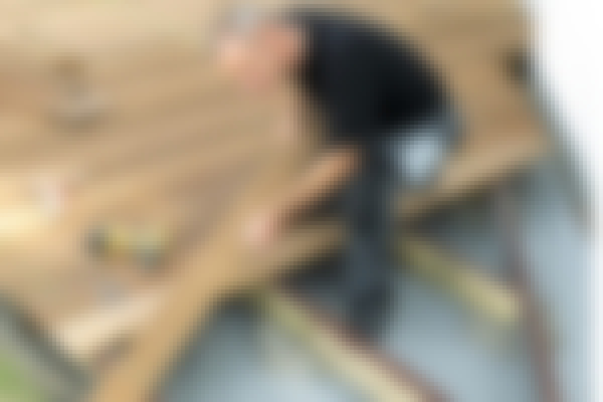 UDELIV: Etablering af en terrasse er et stort arbejde, så det betaler sig at sørge for, at brædderne ligger snorlige.
