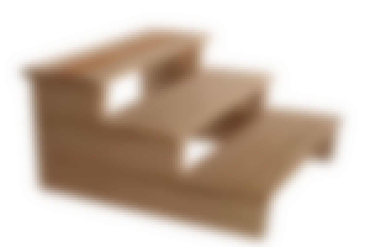 Helppoa: Aseta kolme lankkua päällekkäin, niin saat sivut (reisilankut). Yhdistä sivulankut terassilautoihin, niin lopputuloksena on portaat.