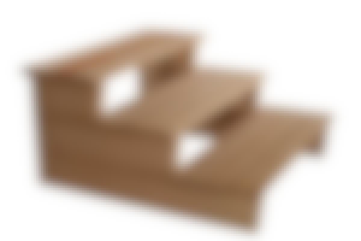 Derfor er det enkelt: Du legger tre bjelkebiter oppå hverandre, dermed har du sidene (vangene). Forbind dem med terrassebord som trappetrinn, og dermed har du en trapp.