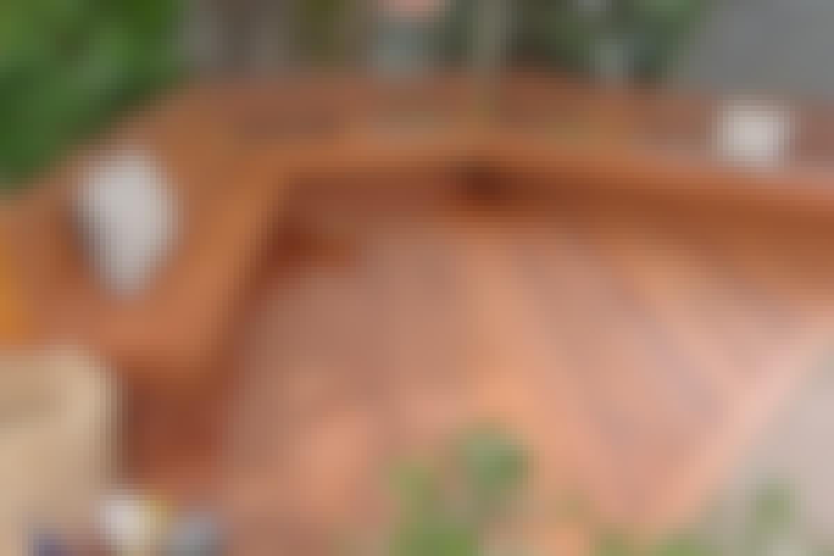 **3. KIINTEÄT KALUSTEET** erottavat terassisi muista, ja koska myös rakenteet ja pinnat on tehty puusta, kalusteiden rakentaminen sujuu ongelmitta.