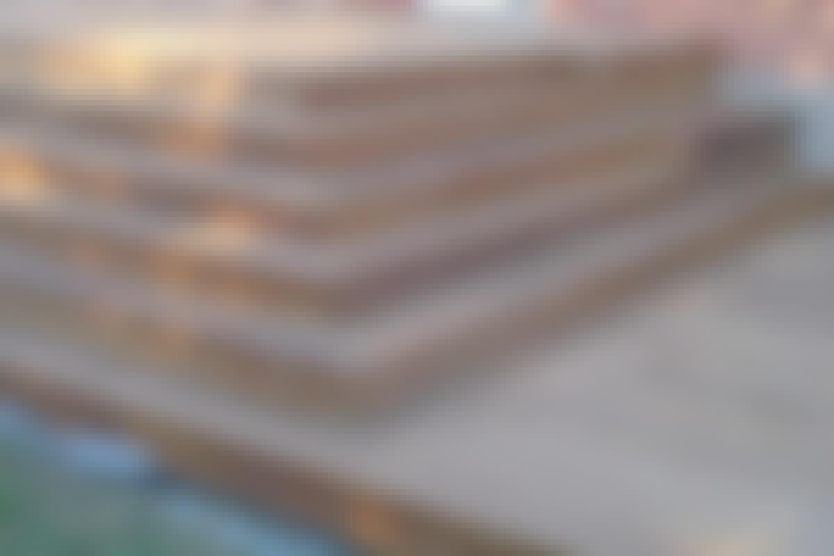 **4. KYNNYS JA PORTAAT** yhdistävät terassin taloon ja pihaan. Terassia voi toki käyttää moneen muuhunkin. Perustarkoituksensa lisäksi portaat luovat yhdenmukaisuutta.