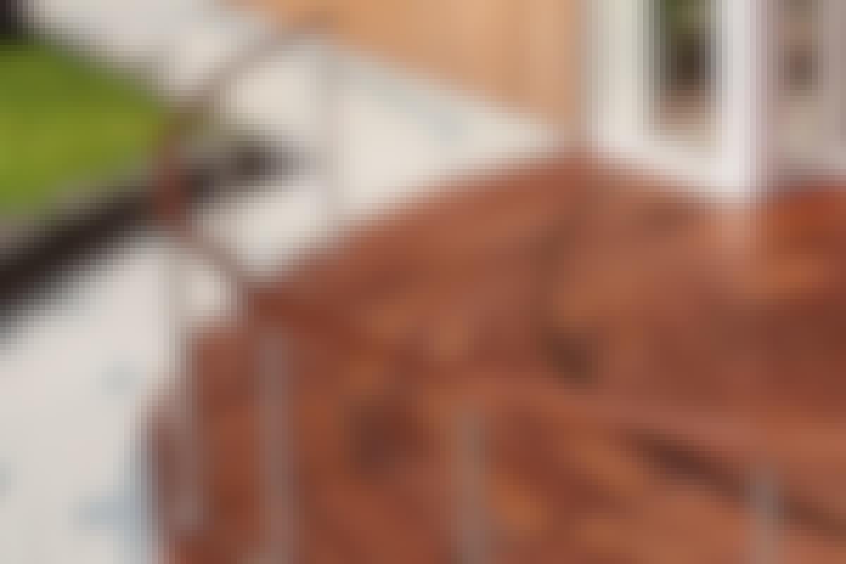 **5. BUEDE KANTER OG FORMER** er oplagte at kaste sig ud i. Hvor du inde i huset er tvunget til at tage en masse praktiske hensyn, kan du på terrassen uden videre besvær slippe drømmene fri i frodige kurver.