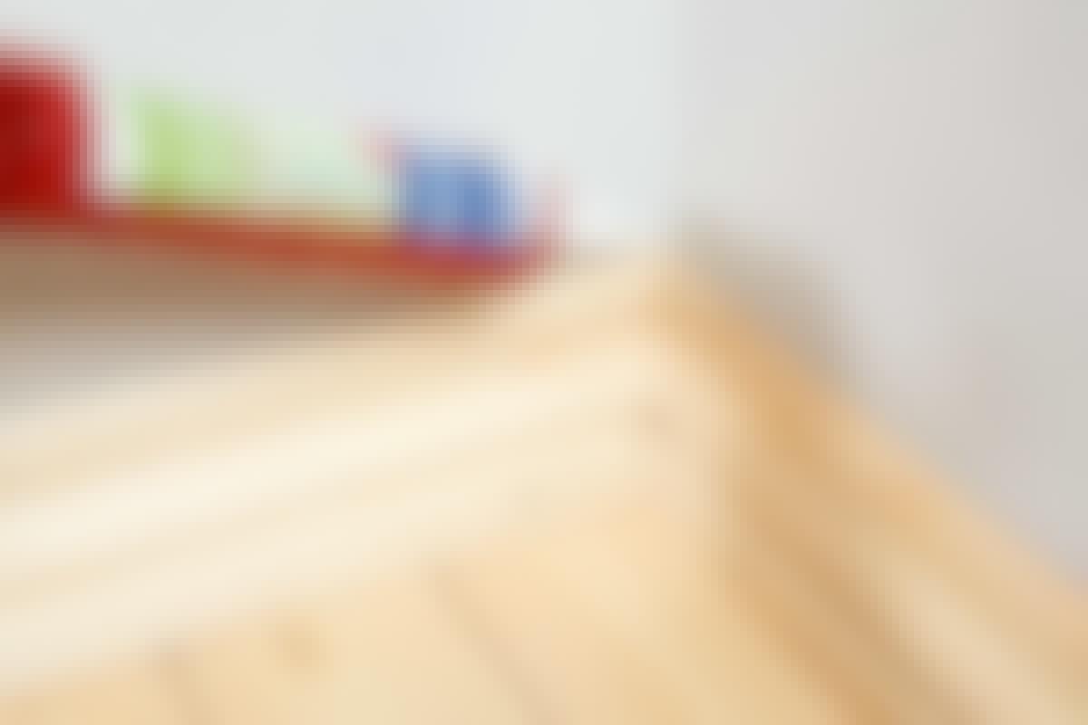 Når du skal lime fast lister på veggen, er det en god idé å la limet tørke litt før du setter på listen.