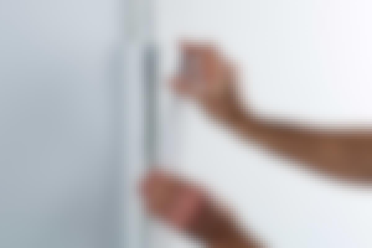En bred kabelskjuler kan føre strøm-, antenne- og andre tilslutningsledninger skjult ned ad væggen.