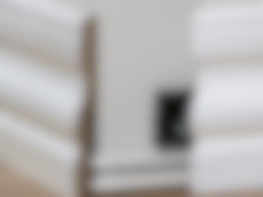 Klips på væggen sikrer, at panelet kan klikkes af. Dermed bliver det lovligt at skjule ledninger bagved.