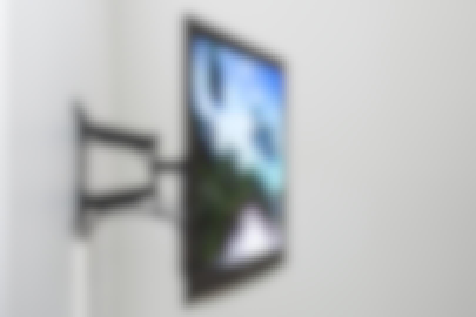 Hvis TV-en skal henge på veggen, er det viktig at du vet hva veggen er laget av, slik at du bruker plugger som kan tåle den store belastningen.