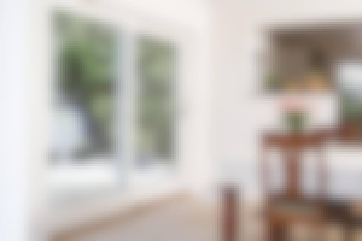 Glassdør i veggen slipper lyset inn