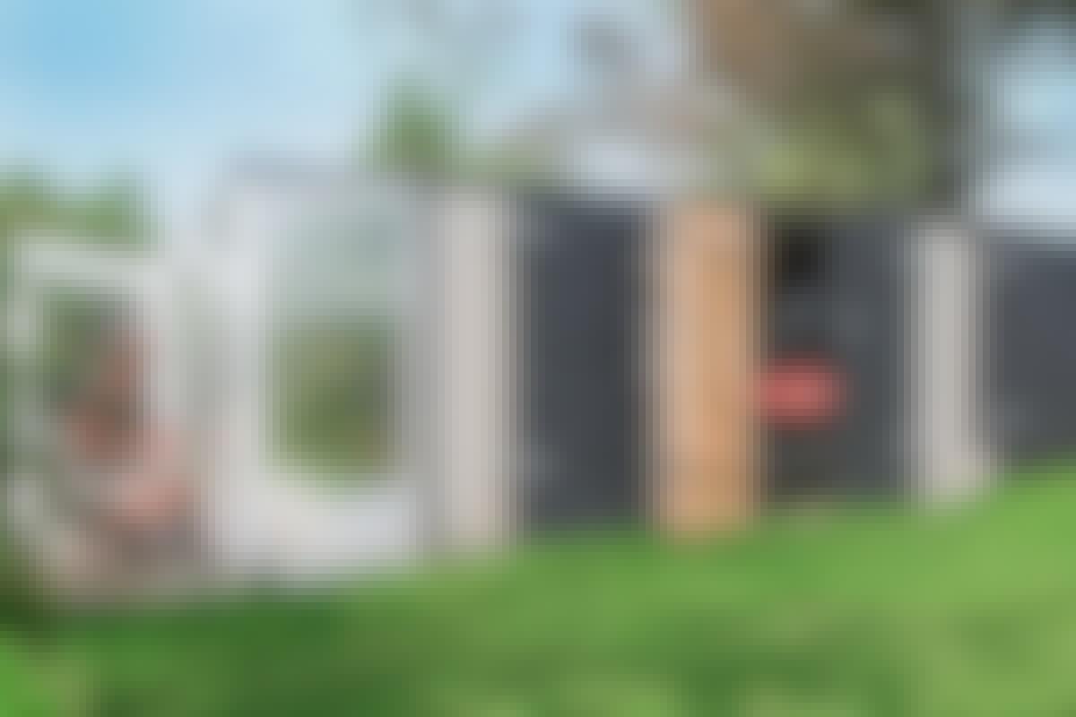 Med modulene har vi forlenget et eldre hageskur, gitt det en port til hagetraktoren vår – og skapt et lite drivhus til tre takknemmelige tomatplanter.