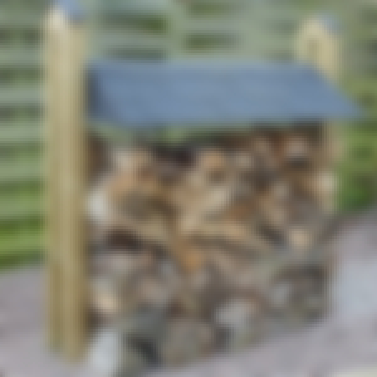 Konstruktionen giver ikke kun brændet ly for regnen. Den er også et dekorativt indslag i haven.