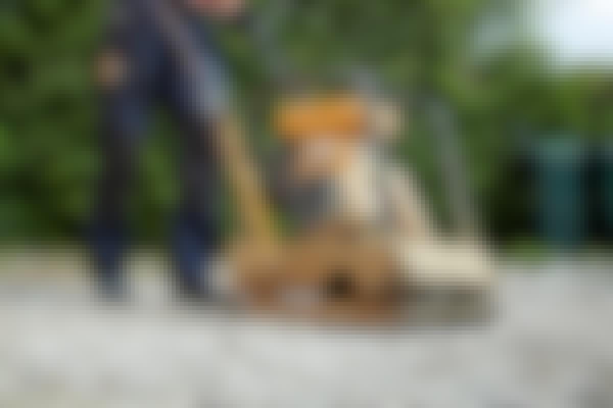 Det kræver en god, tung pladevibrator, når en bund af knust beton skal stampes. Den skal mindst veje 100 kg.